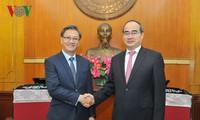 Nguyen Thien Nhan trifft den laotischen Botschafter in Vietnam