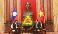 Staatspräsident Tran Dai Quang trifft Laos Premierminister Thongloun Sisoulith