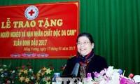 Tong Thi Phong überreicht Geschenke an arme Menschen in Bac Giang