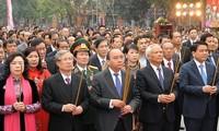 Premierminister Nguyen Xuan Phuc nimmt am Dong Da-Hügel-Fest teil