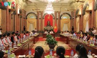 Staatspräsident Tran Dai Quang trifft bedürftige Schüler
