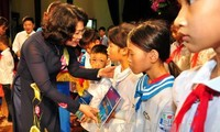 Dang Thi Ngoc Thinh überreicht Geschenke an arme Schüler in Hung Yen