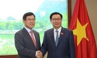 Vuong Dinh Hue würdigt Einsatz der in Vietnam hergestellten Ersatzteile durch Samsung