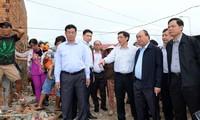 Nguyen Xuan Phuc überprüft die Beseitigung der Folgen von Taifun Damrey in Khanh Hoa