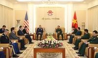 Phan Van Giang empfängt den Kommandeur der Pazifischen Luftstreitkräfte der USA