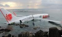 Pesawat terbang Indonesia yang memuat 108 penumbang jatuh di laut