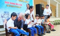 Memberi informasi tentang masalah bom dan ranjau sisa-sisa pasca perang di Vietnam kepada para mahasiswa AS