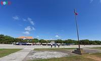 Upacara menaikkan bendera dan memeriksa barisan militer di Truong Sa