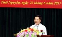Deputi PM Vietnam, Pham Binh Minh melakukan kontak dengan para pemilih di KODAM I