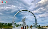 Tugu monumen peringatan 64 prajurit Gac Ma – bunga-bunga abadi
