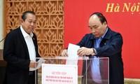 Kantor Pemerintah mengumpulkan uang untuk membantu warga daerah Trung Bo Selatan yang menderita kerugian akibat taufan Damrey