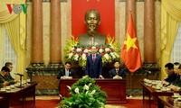 Presiden Vietnam, Tran Dai Quang menerima delegasi warga negara Laos yang berjasa kepada revolusi Vietnam