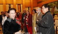 Ketua MN Nguyen Thi Kim Ngan menerima para anggota Pengurus Besar Dewan Perdamaian Dunia
