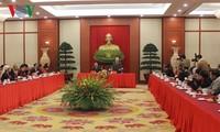 Sekjen KS PKV, Nguyen Phu Trong melakukan pertemuan dengan para utusan etnis minoritas yang tipikal
