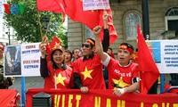 Người Việt tại Anh xuống đường biểu tình phản đối Trung Quốc