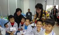 Hội Vườn Việt ở Châu Âu tặng quà cho bệnh nhi tại Viện Huyết học truyền máu Trung ương