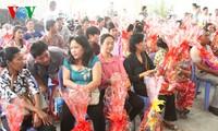 Đại sứ quán Việt Nam thăm và tặng quà Tết cho bà con Việt kiều tại Campuchia