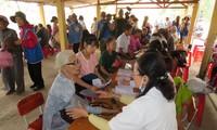 Khám bệnh, phát thuốc cho đồng bào nghèo huyện Hải Lăng, Quảng Trị