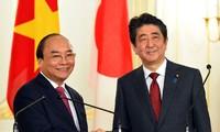 Thủ tướng Chính phủ Việt Nam Nguyễn Xuân Phúc và Thủ tướng Nhật Bản Shinzo Abe họp báo