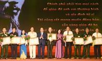 Thủ tướng Nguyễn Xuân Phúc dự hội nghị biểu dương 700 người có công với cách mạng tiêu biểu