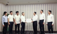 Đại sứ quán Việt Nam tại Lào trao tiền ủng hộ đồng bào bị thiệt hại do mưa lũ