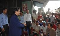 Phó Chủ tịch Thường trực Quốc hội Tòng Thị Phóng khảo sát sạt lở ở quận Ô Môn, thành phố Cần Thơ