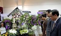 Đặt vòng hoa viếng cố Tổng thống Nam Phi Nelson Mandela tại Thành phố Hồ Chí Minh