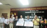 Người Việt tại Liên bang Nga trao tiền ủng hộ lực lượng kiểm ngư và cảnh sát biển
