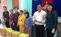 Phó Chủ tịch nước Đặng Thị Ngọc Thịnh tặng quà bà con vùng lũ Quảng Nam