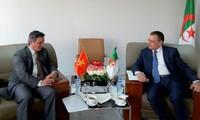 Đại sứ Phạm Quốc Trụ chào xã giao Bộ trưởng Công nghiệp và Mỏ Algérie