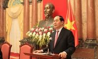 President Tran Dai Quang meets former Vietnamese experts in Cambodia