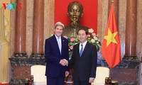 President Tran Dai Quang receives former US Secretary of State John Kerry