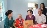 Top legislator presents gifts to policy beneficiaries in Ho Chi Minh city