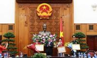 阮春福向夺取里约奥运会金牌的射击运动员黄春荣授予一级劳动勋章