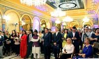 越南出席各国驻罗马尼亚大使馆和外交机构传统文化艺术节