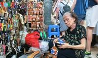 在滨城市场坚守木鞋制作业的阮氏莲大妈