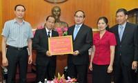 ลาวมอบเงินช่วยเหลือชาวเวียดนามที่รับผลกระทบจากปัญหาภัยแล้งและน้ำทะเลซึม