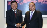 นายกรัฐมนตรีเวียดนาม เหงวียนซวนฟุก พบปะกับนายกรัฐมนตรีลาว
