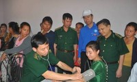 สมาชิกองเยาวชนและเยาวชนจิตอาสาเวียดนามตรวจรักษาโรคและแจกยาฟรีให้แก่ชาวลาว