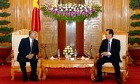 Primer ministro de Vietnam recibe a embajadores extranjeros