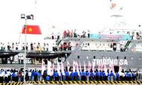 """Barco del """"Recorrido por el mar y las islas de la Patria"""" lleva jóvenes a Truong Sa"""