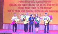 Ayudan a alumnos en situación difícil e hijos de combatientes en Vietnam