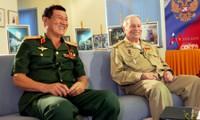 Intercambio con dos cosmonautas Pham Tuan y Víctor Gorbatko en Hanoi