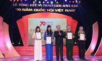 Entrega de premios a la prensa en ocasión del 70 aniversario del parlamento vietnamita