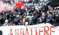 Manifestantes chocan con policía italiana en protesta contra valla fronteriza de Austria