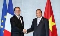 Primer ministro de Vietnam conversa con líderes de países participantes al margen de Cumbre del G7
