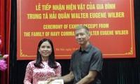 Reliquia de la prisión de Hoa Lo recibe recuerdos de un veterano estadounidense