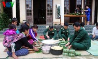 Nueva primavera visita la familia vietnamita