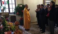 Vietnamitas en Francia visitan pagodas en primer día del Año del Gallo