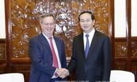 Presidente vietnamita recibe al embajador saliente de España